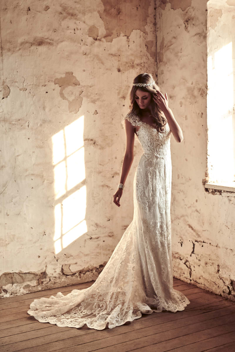 Alyssa Fitted Lace Wedding Dress by Anna Campbell - Paperswan Bride